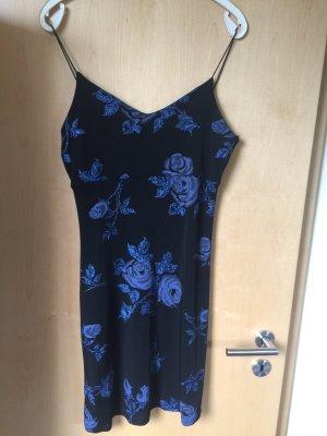 Schwarzes Sommerkleid mit blauen Rosen