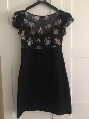 schwarzes Sommerkleid mit Blumenspitze