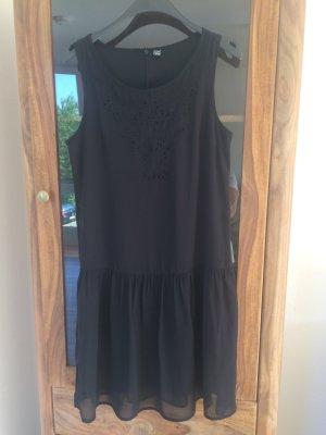 Schwarzes Sommerkleid mit Lochstickerei
