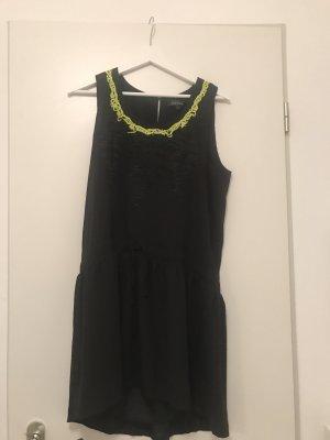 Schwarzes Sommerkleid mit Neonstickerrei