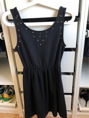 Schwarzes Sommerkleid mit Nieten