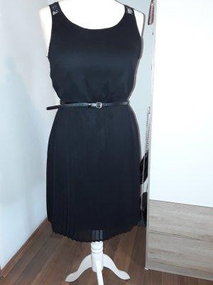 Schwarzes Sommerkleid mit Plissierten Rock