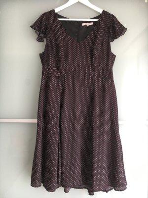 Schwarzes Sommerkleid mit roten Punkten