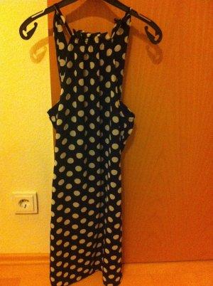 schwarzes Sommerkleid mit weißen Polkadots
