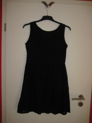 Schwarzes Spitzenkleid mit schönem Rückenausschnitt