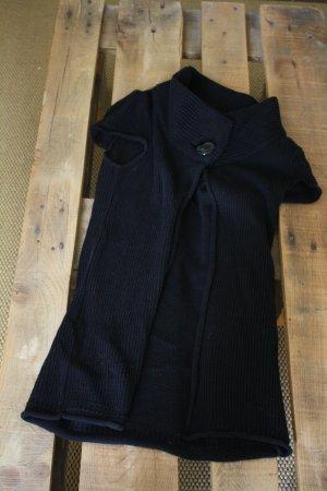 schwarzes Strickcape mit kurzen Ärmeln und großen Knopf