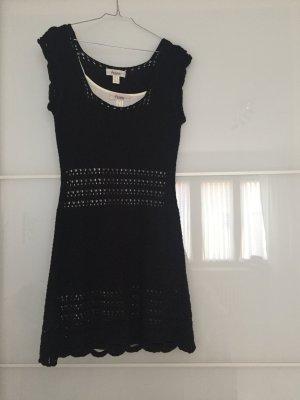 Schwarzes Strickkleid mit weißem Unterkleid