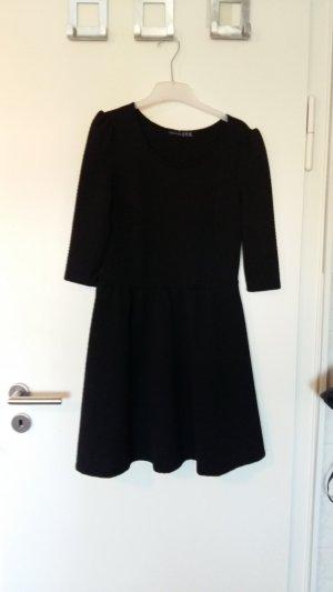 Schwarzes strukturiertes Kleid