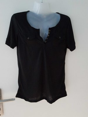 schwarzes T-Shirt abzugeben