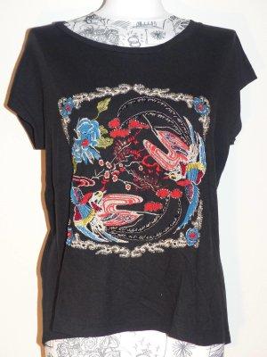 schwarzes T-Shirt mit bunten Stickereien