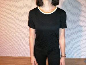 Schwarzes T-Shirt mit gelbem Kragen