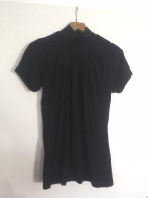 Schwarzes T-Shirt mit hohem Kragen