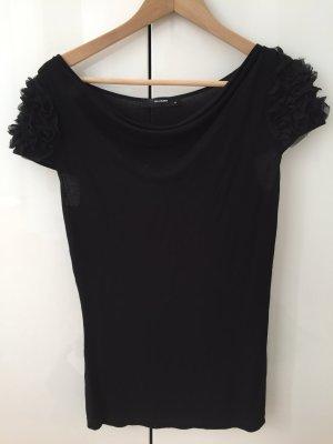 schwarzes T-Shirt mit Rüschenablikatinen an den Schultern