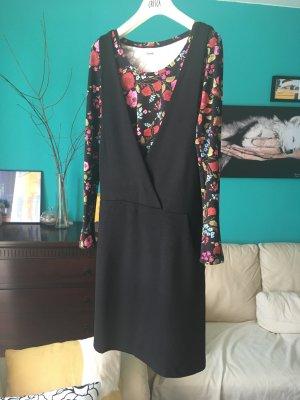 Schwarzes tolles Kleid und buntes Blumenshirt