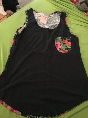 Schwarzes Top mit Blumentasche und Blumenrücken