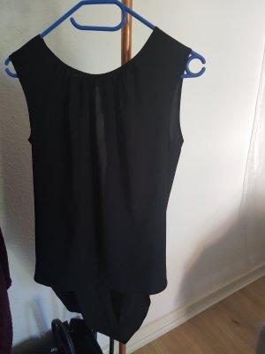 schwarzes Top mit Schlitz am Rücken