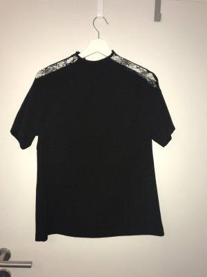 Schwarzes Tshirt, fühlt sich etwa an wie eine Bluse mit Spitze an den Schultern