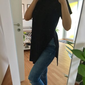 Schwarzes tshirt mit seitlichen Schlitz