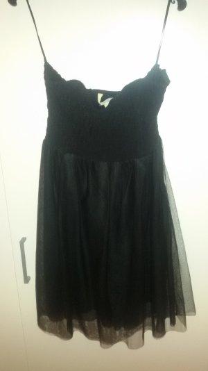 Schwarzes Tüllkleid mit Spitzendetails