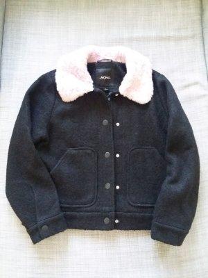 Schwarzes Utility Jacket mit zartrosa Kunstpelzkragen von Monki