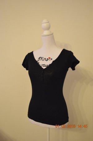 schwarzes V-Ausschnitt-Shirt mit Knopfleiste