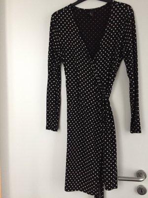 Schwarzes Wickelkleid mit weißen Punkten und Bindegürtel
