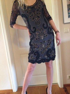 Schwarzgraues aufwändig verziertes und perlenbesetztes Kleid mit Ärmeln aus Spitze