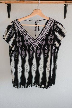 Schwarzweiß gemustertes T-Shirt mit V-Ausschnitt