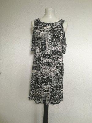 Schwarzweiß Kleid mit Ärmeln.