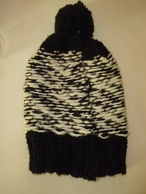 Six Bobble Hat black-white