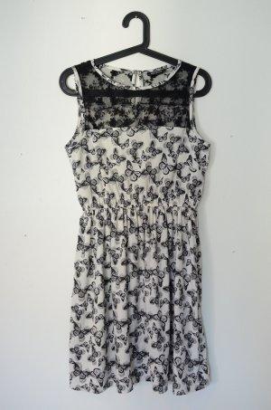 Schwarzweißes Kleid mit Schmetterlingen und Spitze