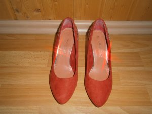 scicker roter Pumps mit Nieten