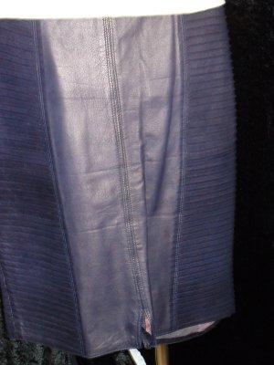 Sehr aufwändig gearbeiterer Lederrock in dunklem lila, Gr. 34/36, Fa. Ruffo Italien