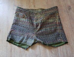 Sehr coole Shorts mit Muster in unterschiedlichen Grüntönen