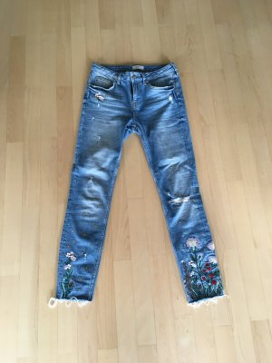 Sehr coole skinny Jeans Blütenapplikationen ausgefranst used Look