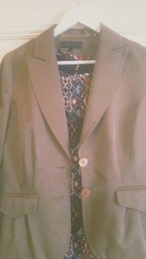 sehr elegante Bluse mit einem Blazer