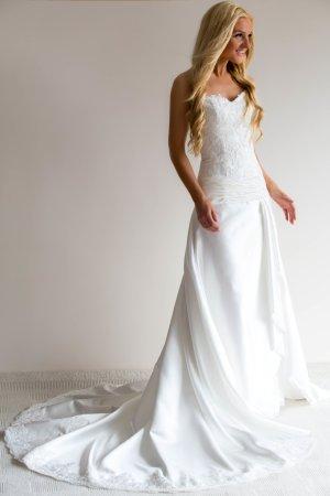 Sehr hübsches Kleid mit Spitze in weiß