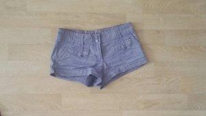 Sehr kurze Shorts in Helllila