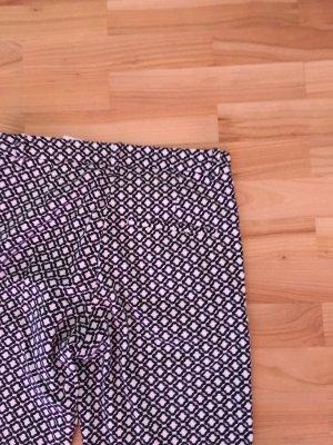 Sehr schöne, eng geschnittene Stoffhose  mit hüfthohem Bund und Muster