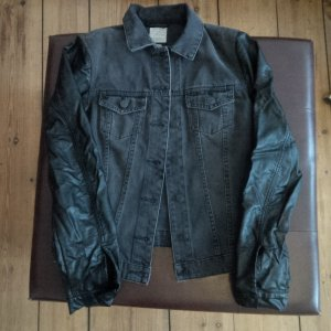 sehr schöne Esprit Jeansjacke mit Kunstlederärmeln