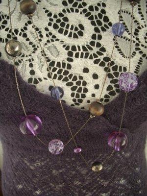 Sehr schöne lange Kette mit verschiedenen Perlen (flieder, lila, silber)