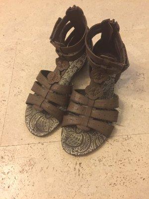 Sehr schöne Sandalen von der Marke Dockers, leider hat der Keilabsatz Mängel