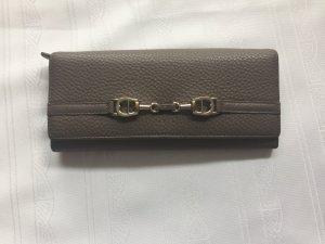 Sehr schönes Aigner Portemonnaie in genarbtem Rindleder mit attraktivem Logo- Emblem auf der Vorderseite