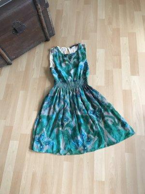 Sehr schönes Kleid mit Spitzendetails
