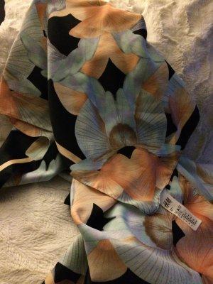 Sehr schönes Tuch mit floralem Muster