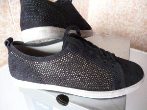 Sehr stylisch, trotzdem bequem: nagelneue Sneakers mit Strassverzierung