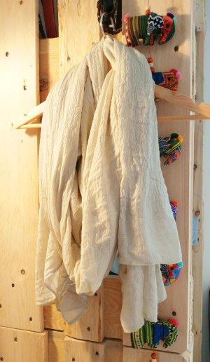 Sehr voluminöses Tuch mit silbernen Fäden