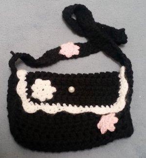 Selbstgehäckelte kleine schwarze Handtasche mit Blüten und Perlenverschluss