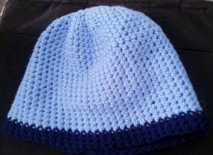 Selbstgehäckelte Mütze in hell- und dunkelblau