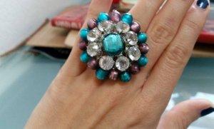 Selbstgemachter Ring mit Glas und Perlen